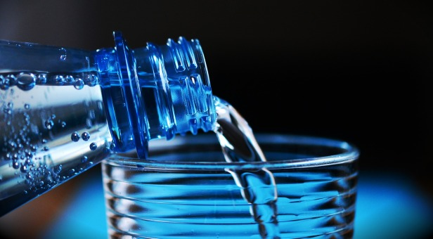 bebe água